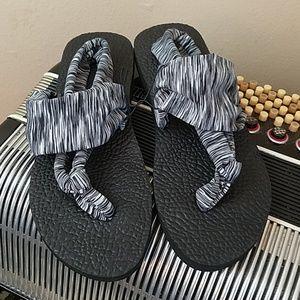 Shoes - NWT - COMFY EASY WEAR BLACK & WHITE YOGA SANDALS